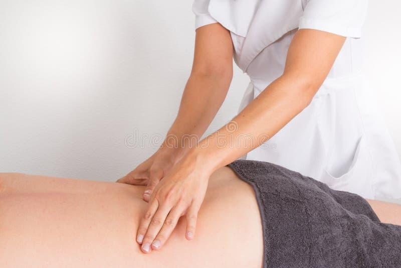 Équipez avoir le massage dans le salon de station thermale par la femme photo libre de droits