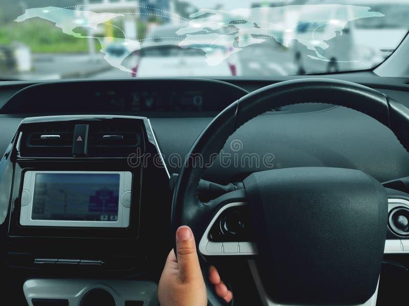 Équipez conduire la voiture par la vue arrière sur la route Mains du ` s de conducteur sur le volant à l'intérieur d'une voiture images libres de droits