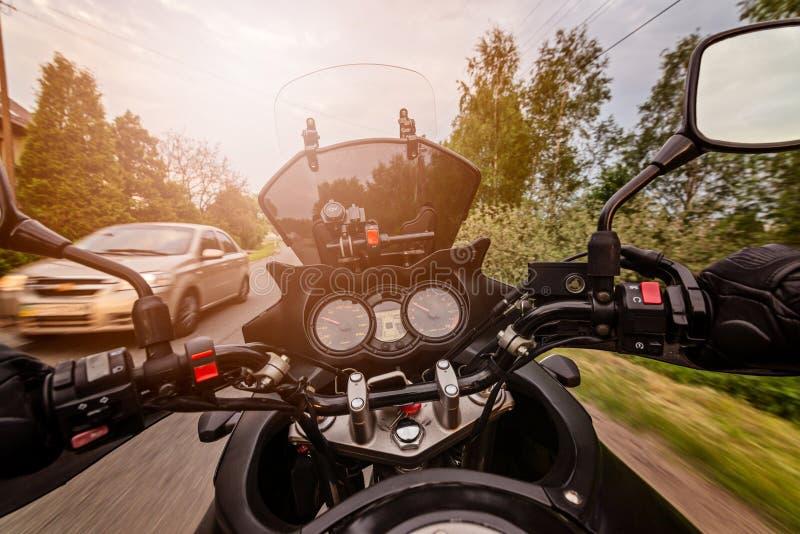 Équipez conduire sa moto sur la route de campagne d'asphalte photo libre de droits