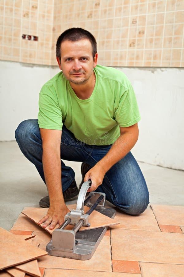 Équipez couper les carrelages en céramique avec le coupeur manuel images libres de droits