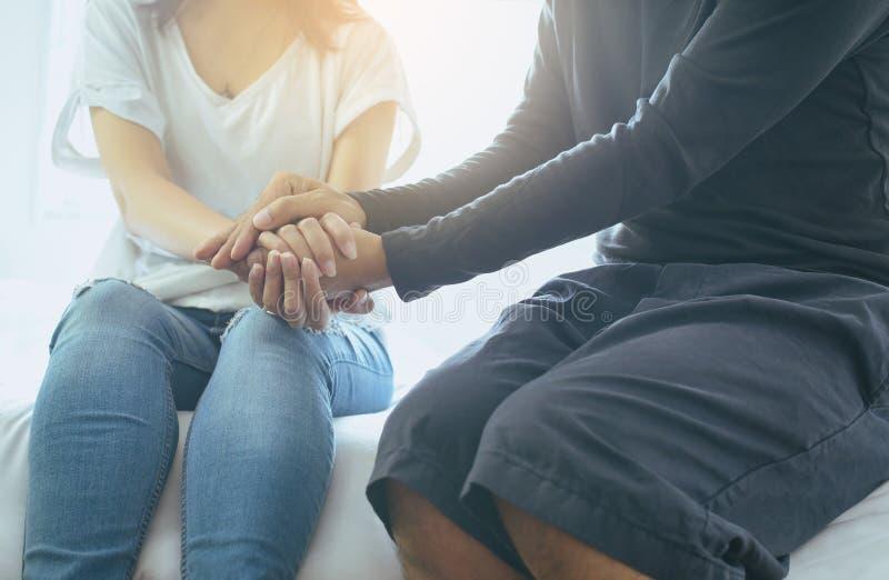 Équipez donner la main à la femme déprimée, prévention de suicide, concept mental de soins de santé photographie stock