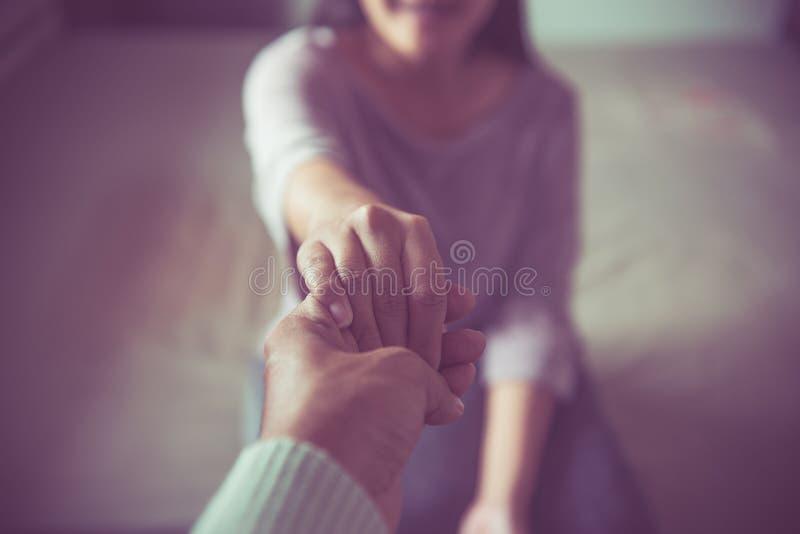 Équipez donner la main à la femme déprimée, psychiatre tenant le patient de mains, concept de soins de santé de Meantal photo stock