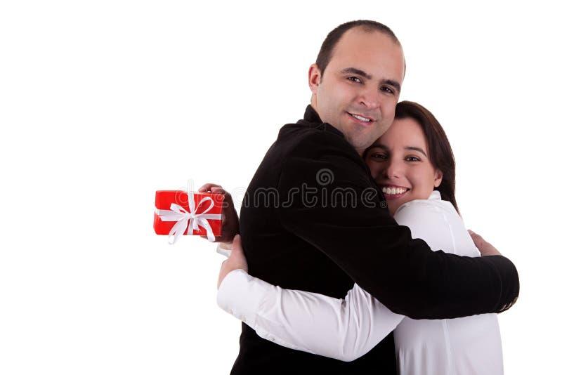 Équipez donner un cadeau à un femme, la retenant photographie stock libre de droits