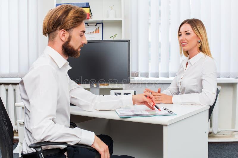 Équipez et une femme étant interviewée dans le bureau image stock