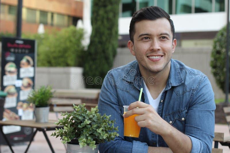 Équipez faire une pause avec un froid régénérant le jus d'orange image stock