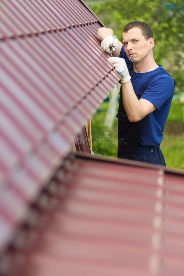 Équipez fixer le toit de la maison, d'un plan rapproché et d'un endroit pour l'inscription du côté gauche photo stock