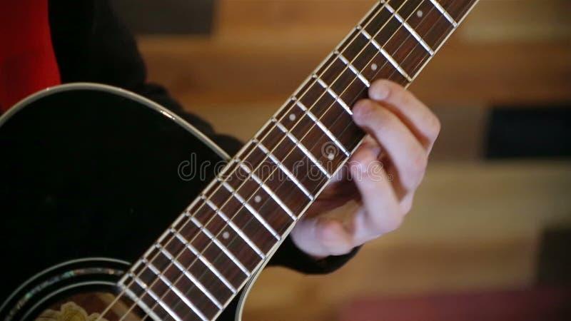 Équipez jouer à la guitare noire acoustique, fermez-vous vers le haut du tir banque de vidéos