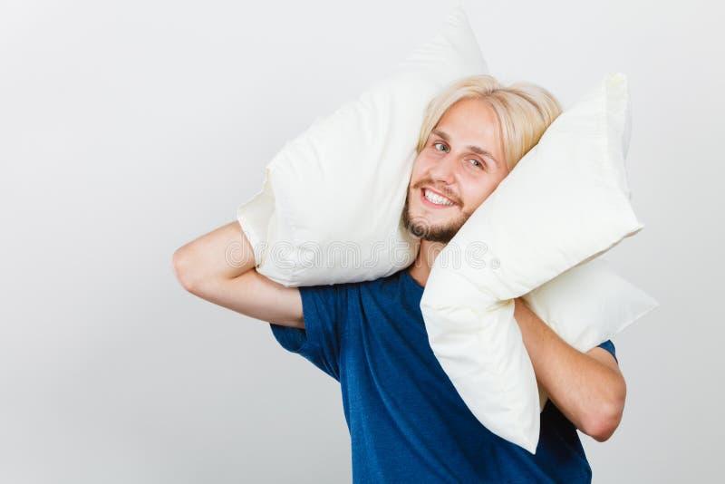 Équipez jouer avec des oreillers, bon concept de sommeil photos stock