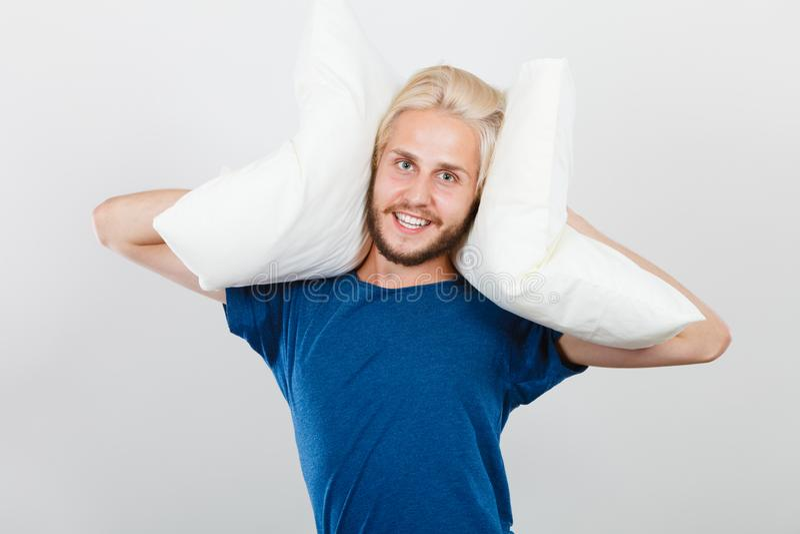 Équipez jouer avec des oreillers, bon concept de sommeil image libre de droits