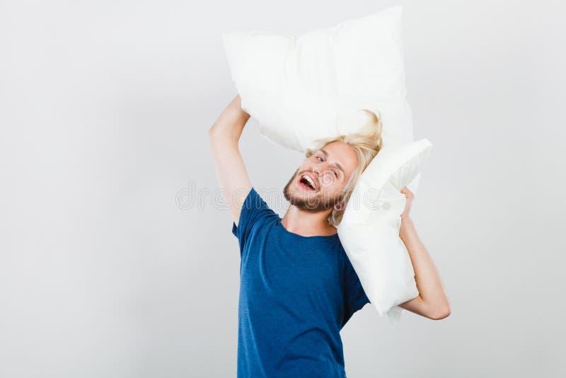 Équipez jouer avec des oreillers, bon concept de sommeil images libres de droits