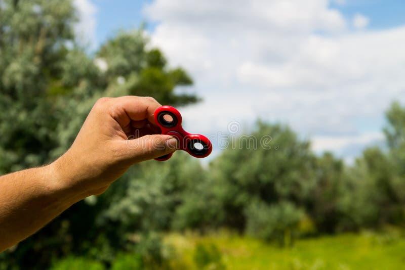 Équipez jouer avec le jouet de recuit de stabilisation de fileur de personne remuante photo libre de droits