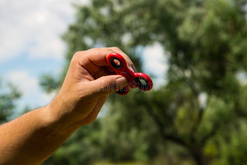 Équipez jouer avec le jouet de recuit de stabilisation de fileur de personne remuante photographie stock