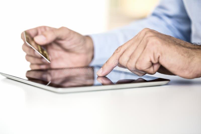 Équipez juger le PC de comprimé et la carte de crédit d'intérieur, en faisant des emplettes en ligne photo stock
