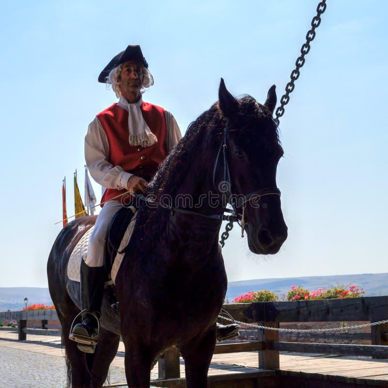 Équipez l'équitation médiévale de port de costume sur un cheval photos stock