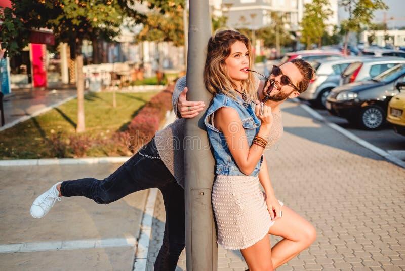 Équipez l'essai d'amuser l'amie dans la rue images libres de droits