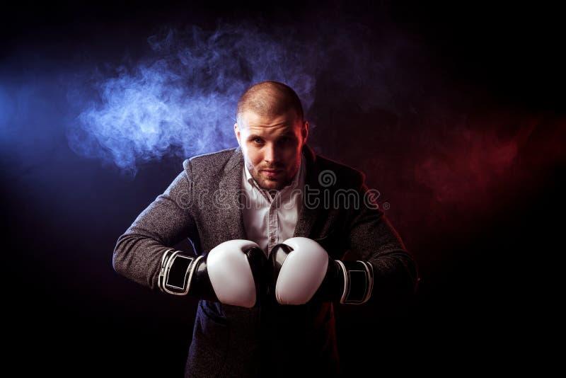 Équipez l'homme d'affaires dans les gants gris de costume et de boxe photographie stock