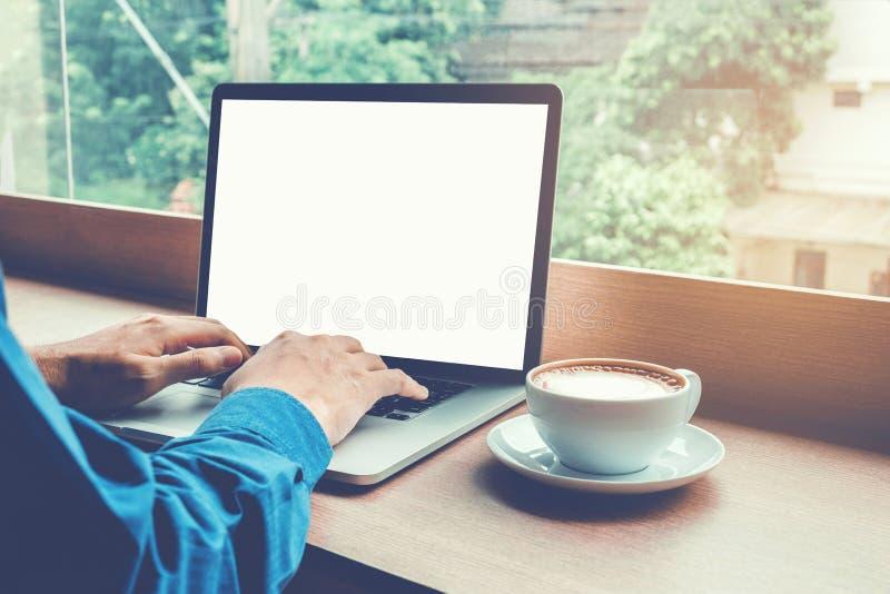 Équipez l'ordinateur portable fonctionnant avec la mise en réseau se reliante Conce d'écran vide images libres de droits