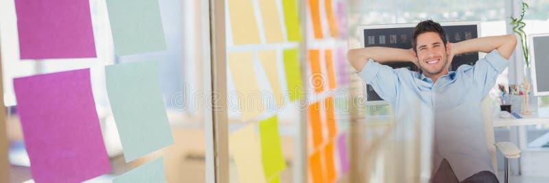 Équipez la détente dans le bureau et la transition collante de note images stock