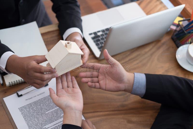 équipez la demande concernant le prêt hypothécaire avec l'employé de banque signin de client photo stock