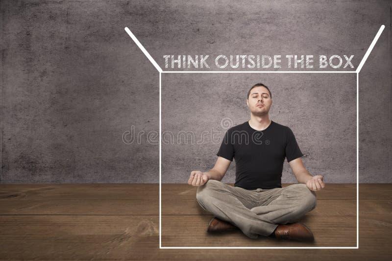 Équipez la médiation et la pensée en dehors de à la boîte photo libre de droits