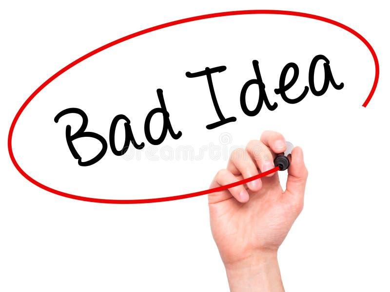 Équipez la main écrivant la mauvaise idée avec le marqueur noir sur l'écran visuel photo stock