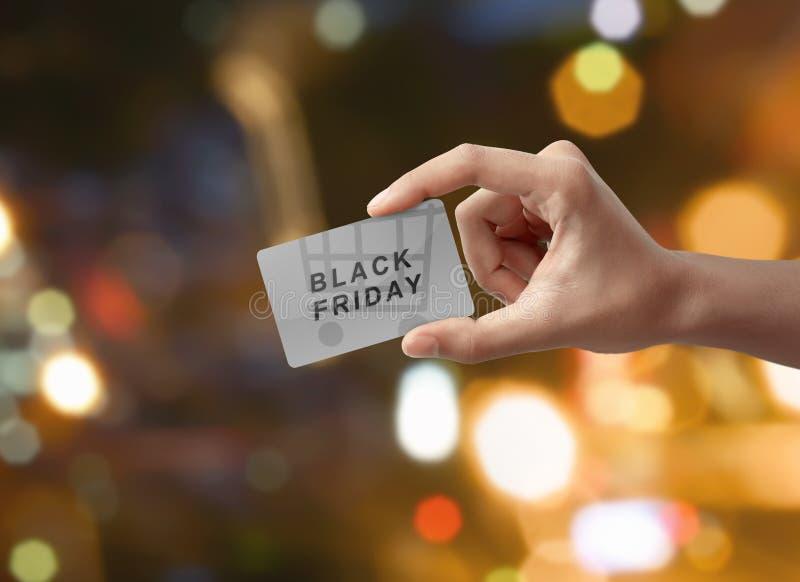 Équipez la main diffusant le message de Black Friday avec le backgr de caddie images stock