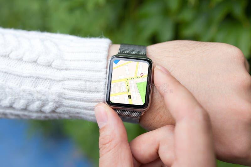 Équipez la main et la montre intelligente avec la carte dans l'écran images libres de droits