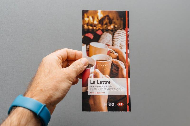 : Équipez la main tenant sur le fond gris l'interdiction officielle de HSBC images libres de droits