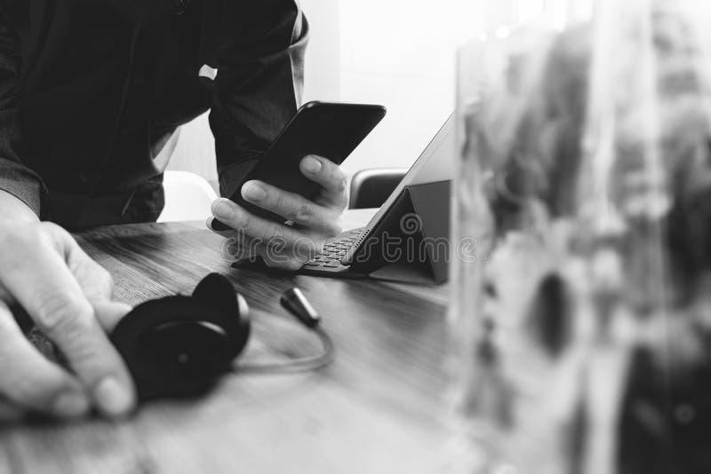 équipez la main utilisant le casque de VOIP avec l'amarrage numérique de tablette photos stock