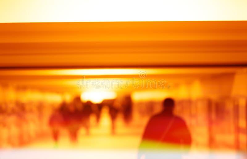 Équipez la marche dans le bokeh de métro avec le fond clair de fuite images stock
