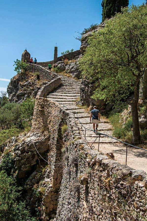 Équipez la marche vers le haut de l'escalier à l'église de Notre-Dame de Beauvoir photo stock