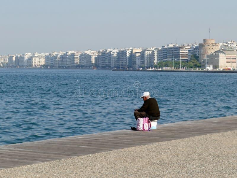 Équipez la pêche sur le bord du quai à Salonique, Grèce images libres de droits