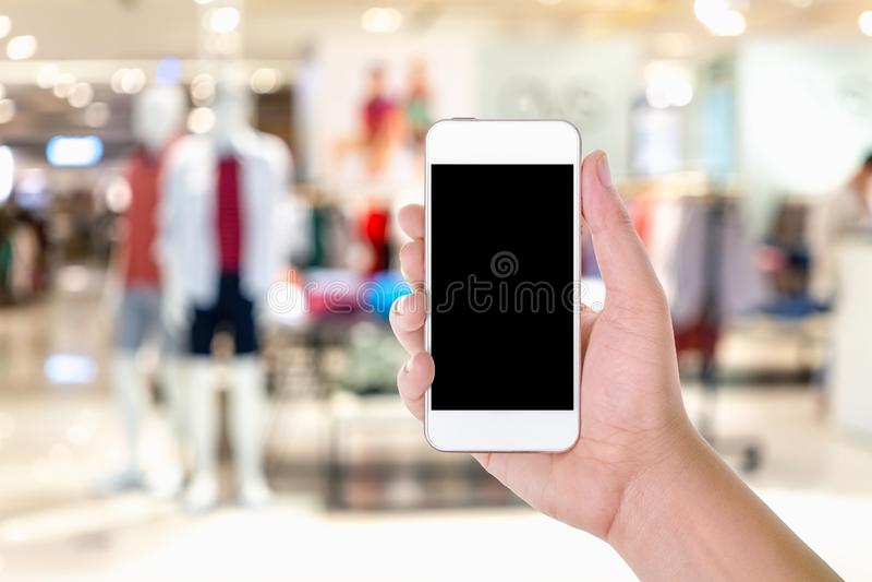Équipez la participation de main et à l'aide du téléphone intelligent mobile d'écran vide avec images stock