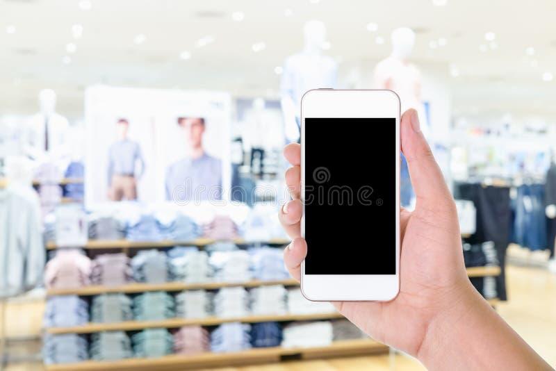 Équipez la participation de main et à l'aide du téléphone intelligent mobile d'écran vide avec photos stock