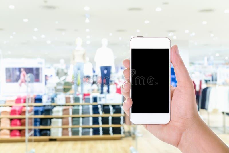 Équipez la participation de main et à l'aide du téléphone intelligent mobile d'écran vide avec image libre de droits