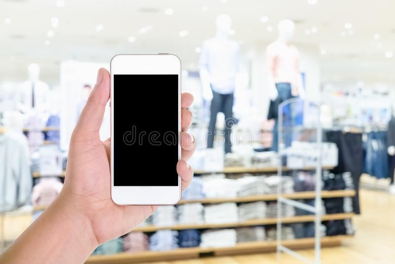 Équipez la participation de main et à l'aide du téléphone intelligent mobile d'écran vide avec photographie stock libre de droits