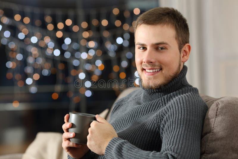Équipez la pose en vous regardant en hiver à la maison photographie stock libre de droits