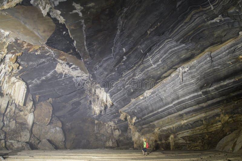 Équipez la position dans une caverne énorme images stock