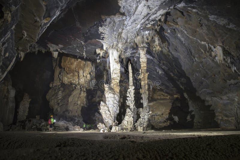 Équipez la position près d'un groupe de la caverne 3 de stalactite image stock