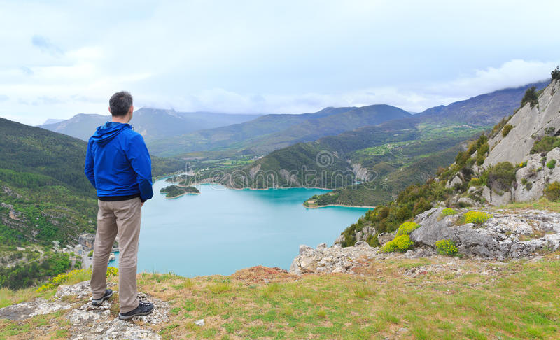 Équipez la position sur une colline et regarder une vallée photos stock