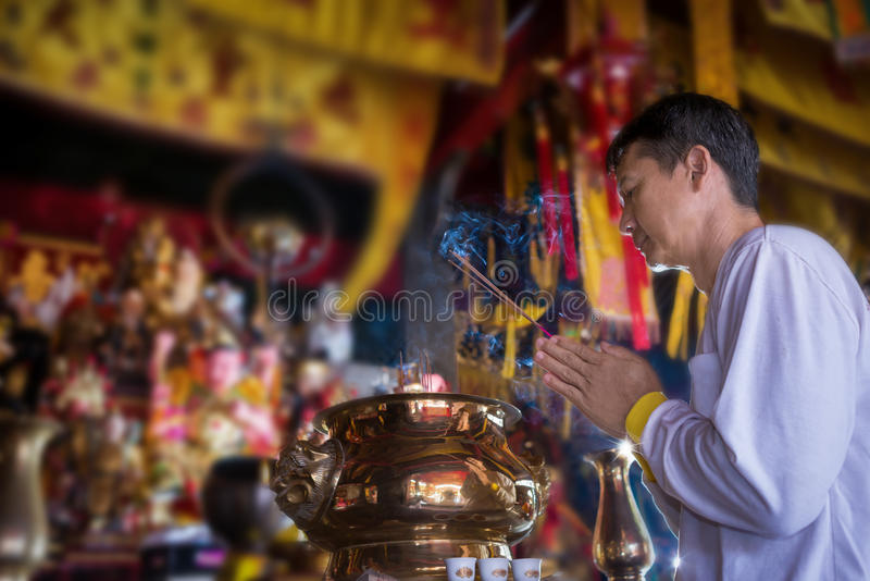 Équipez la prière pendant la nouvelle année, allumant l'encens à Bouddha image libre de droits
