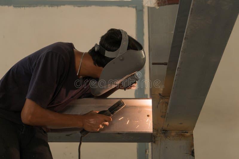 Équipez la soudure un métal avec une machine de soudure photographie stock