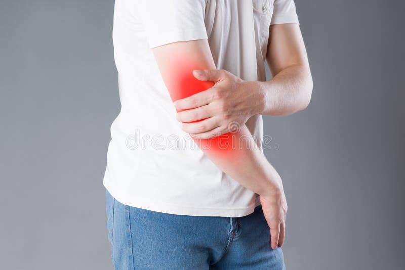 Équipez la souffrance de la douleur dans le coude, inflammation commune image libre de droits