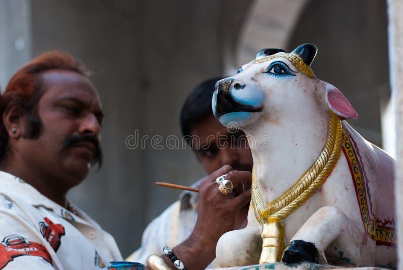 Équipez la statue sainte de peinture de vache dans l'Inde de Pushkar image stock