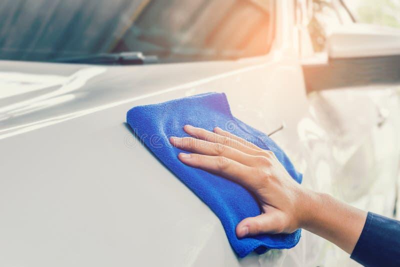Équipez la voiture de nettoyage avec la voiture de blanc de tissu de microfiber image stock