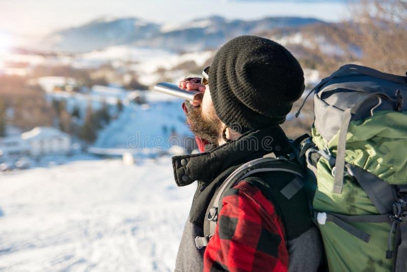 Équipez le boire d'un flacon de hanche en voyage de hausse photos stock