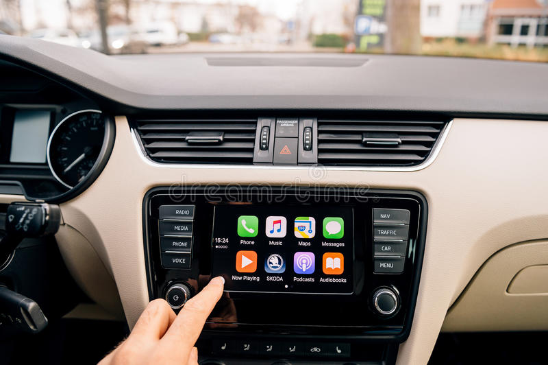 Équipez le bouton à la maison de pressing sur l'écran principal d'Apple CarPlay photo libre de droits