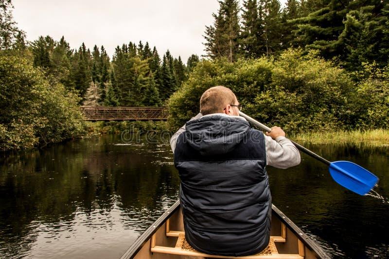 Équipez le canoë-kayak avec le canoë sur le lac de deux rivières en parc national d'algonquin dans le Canada d'Ontario le jour nu image stock