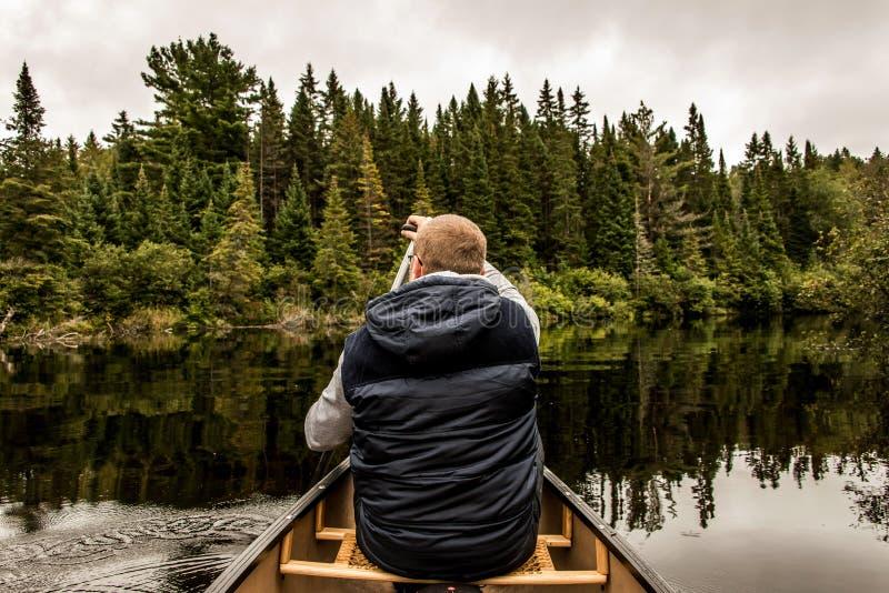 Équipez le canoë-kayak avec le canoë sur le lac de deux rivières en parc national d'algonquin dans le Canada d'Ontario le jour nu photographie stock libre de droits