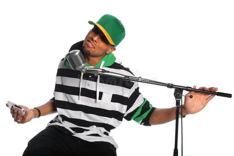 Équipez le chant dans le microphone photos stock